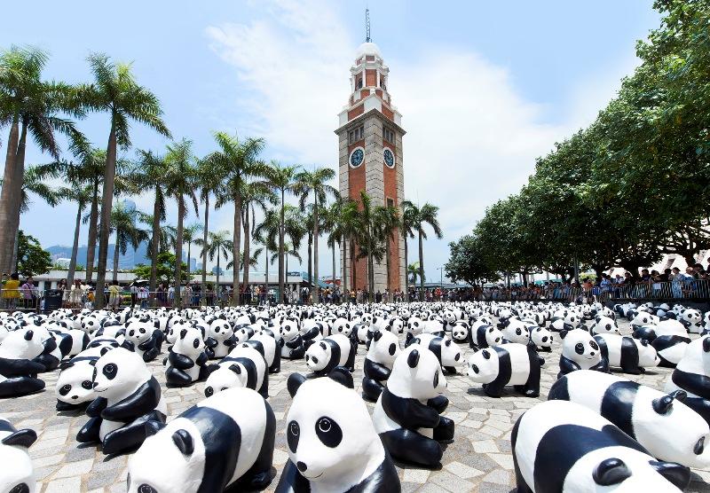 Warga dan turis menyaksikan kerumunan panda di Clock Tower.