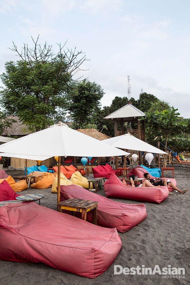 Bean bag yang bertebaran di La Chill, satu-satunya beach club di Lombok.