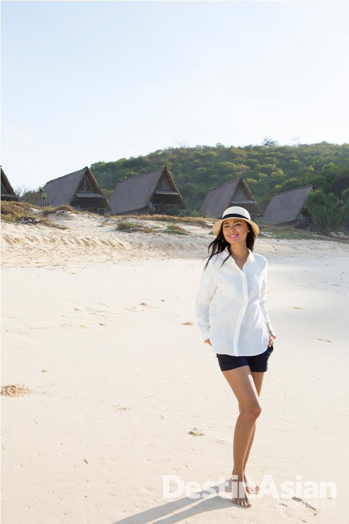 Bermain di pantai luas dengan pasir selembut bedak bisa menjadi terapi tersendiri.
