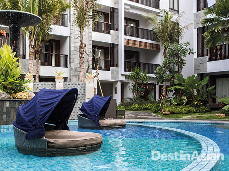 Kolam renang dipasang di tengah-tengah hotel, seperti hotel bisnis pada umumnya.