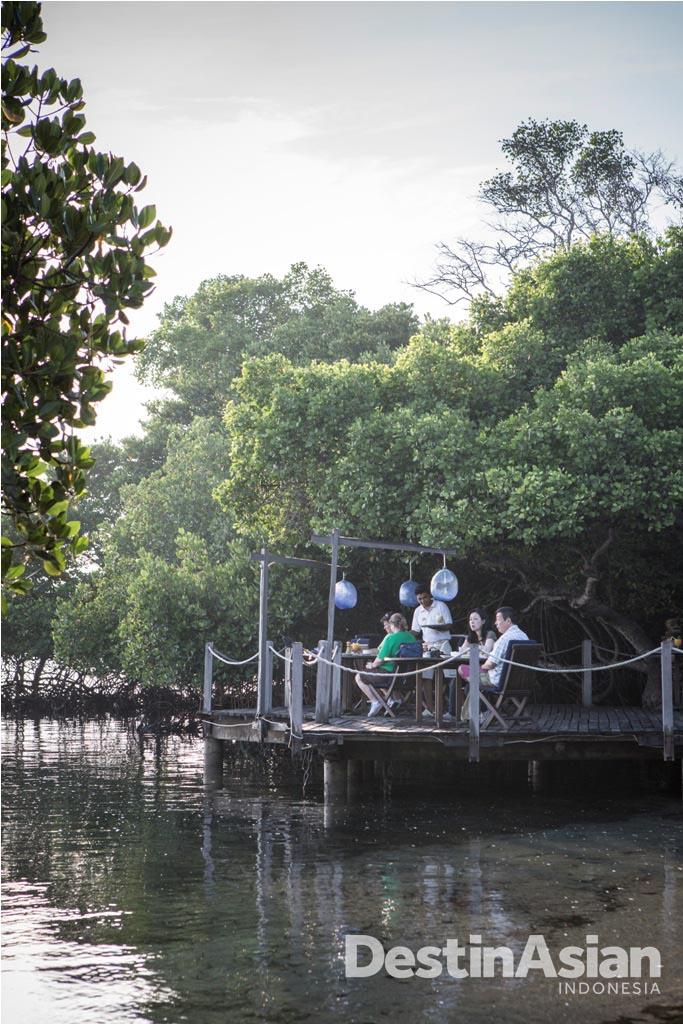 Pantai Restaurant di The Menjangan yang menawarkan sesi santap menyatu dengan alam.