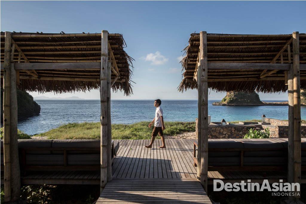Pemandangan pantai di Jeeva Beloam Beach Camp.