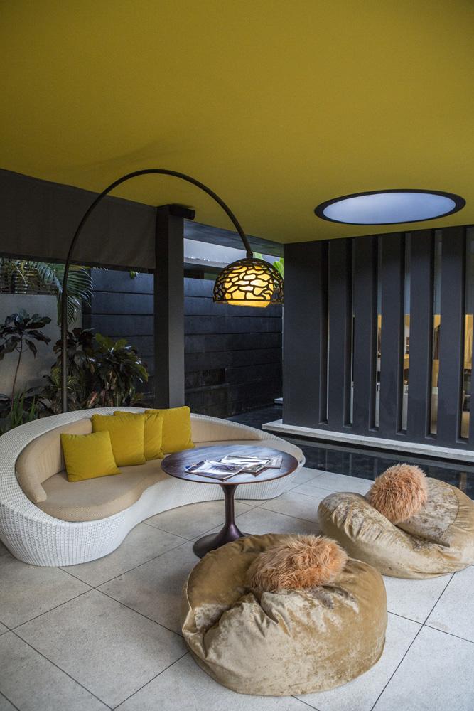 Ruang santai di vila W Bali dengan desain kontemporer.