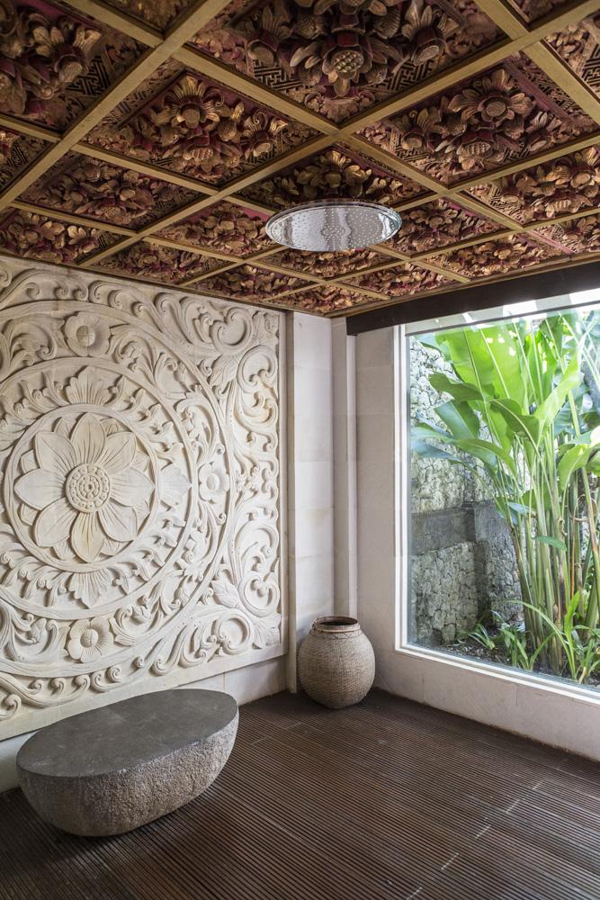 Kamar mandi di Presidential Villa Ayana yang sangat luas. Langit-langitnya dilapisi ukiran kayu.
