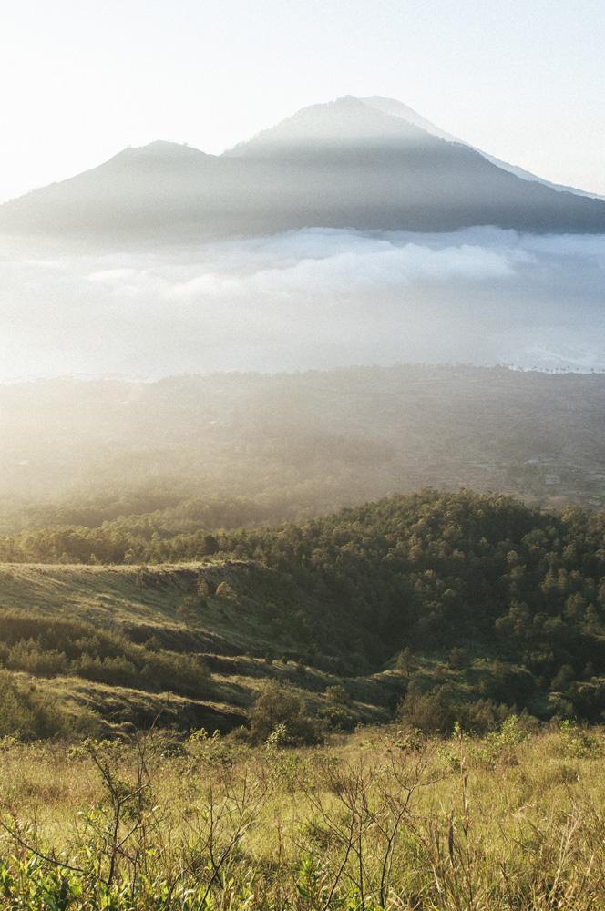 Gunung Abang diselimuti kabut pagi dilihat dari Gunung Batur.