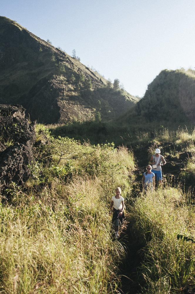Sekelompok turis pendaki melewati padang rumput di Gunung Batur.