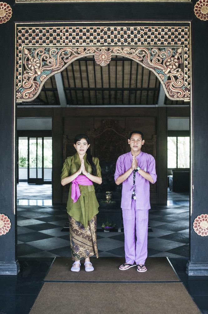 Resepsionis menyambut tamu yang datang di Hotel The Ayu Kintamani.