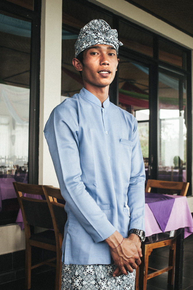 Pelayan restoran Grand Puncak Sari dengan seragam rapi.