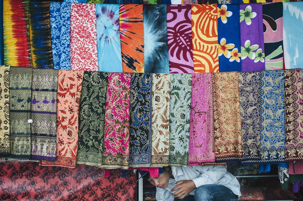 Kain-kain yang dijual disalah satu toko cenderamata di Batur.