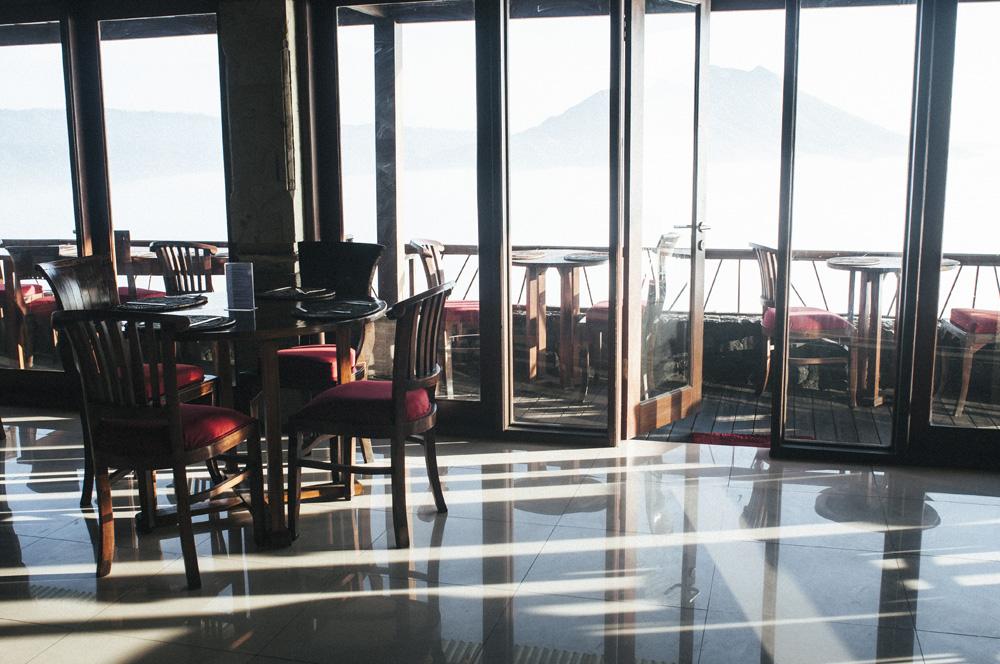Bersantap di restoran Hotel Lake View dengan pemandangan Gunung Batur yang magis.