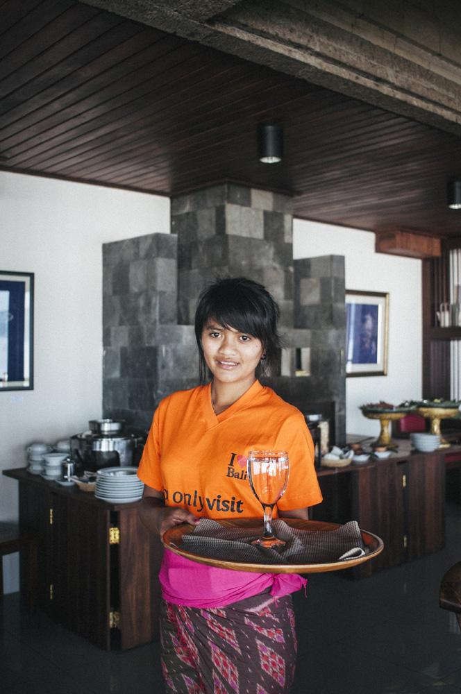 Gadis lokal yang menjadi pelayan di restoran Hotel Lake View.