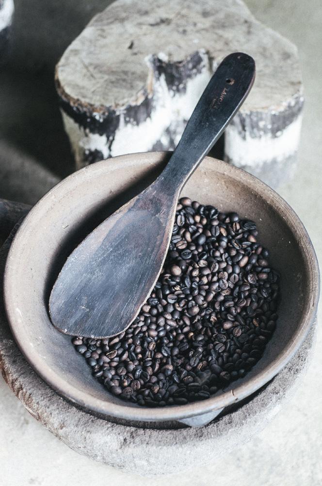 Proses penggorengan kopi yang masih dilakukan secara tradisional. Kopi menjadi salah satu komoditas utama di Kintamani.
