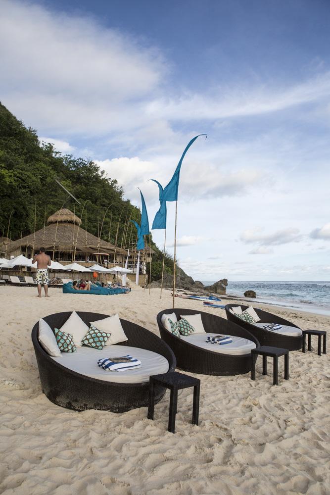 Sofa-sofa untuk bersantai menikmati pantai eksklusif.