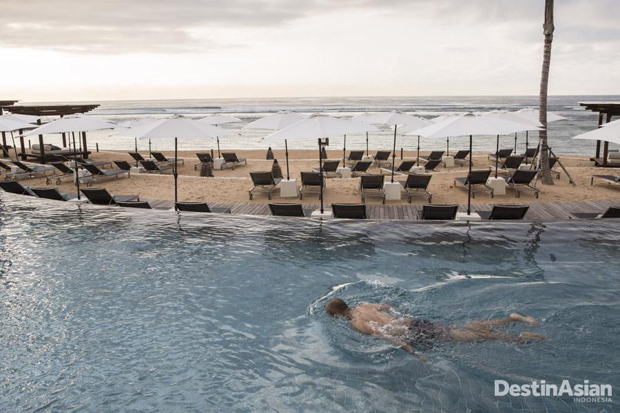The Ritz-Carlton, Bali dengan kolam renang menghadap samudra.