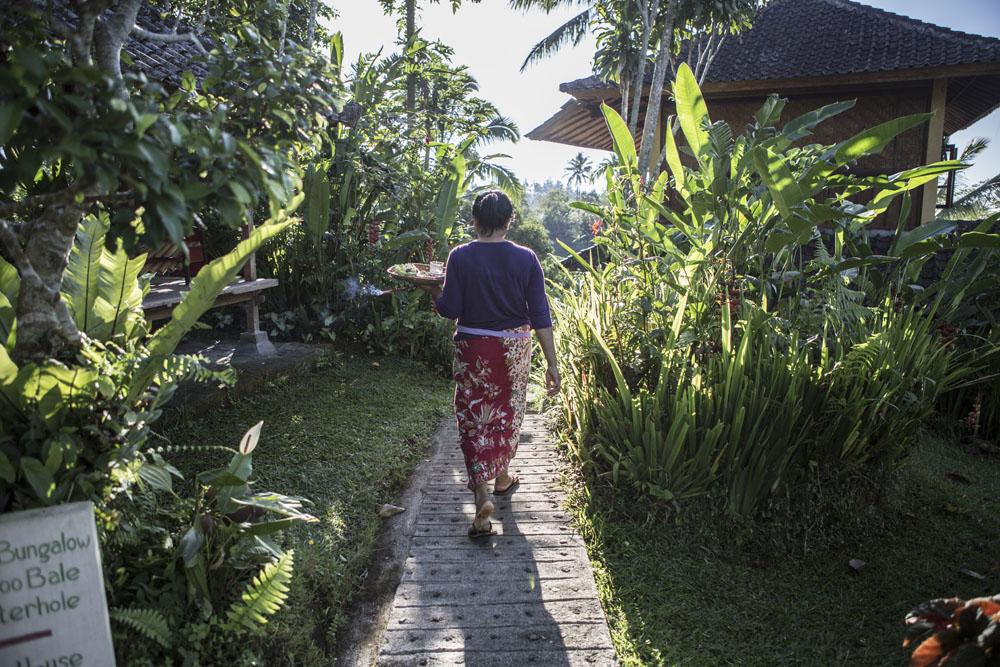 Selayaknya kehidupan di Bali, seorang petugas tengah menyiapkan sesajen di pagi hari.