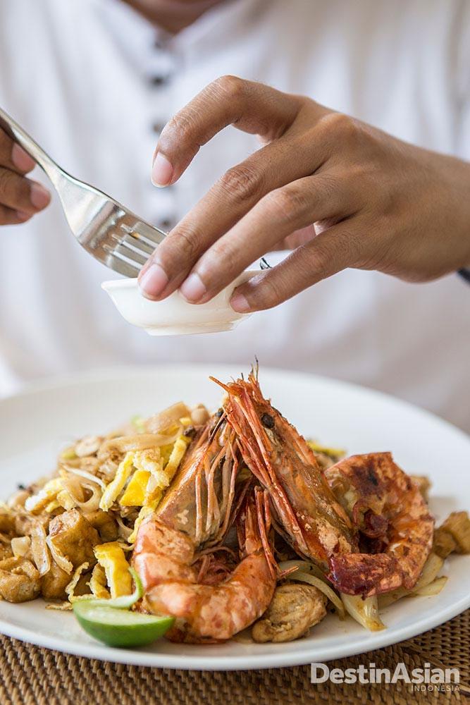 Kuliner di Svarga Resort menawarkan menu-menu sehat namun nikmat, seperti pad thai yang sudah dimodifikasi.