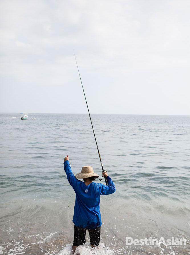 Nelayan mengail ikan di pesisir Senggigi.