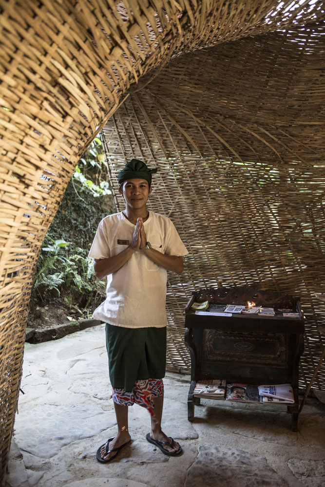 Resepsionis menyambut tamu di penginapan bernuansa alam, Bambu Indah.