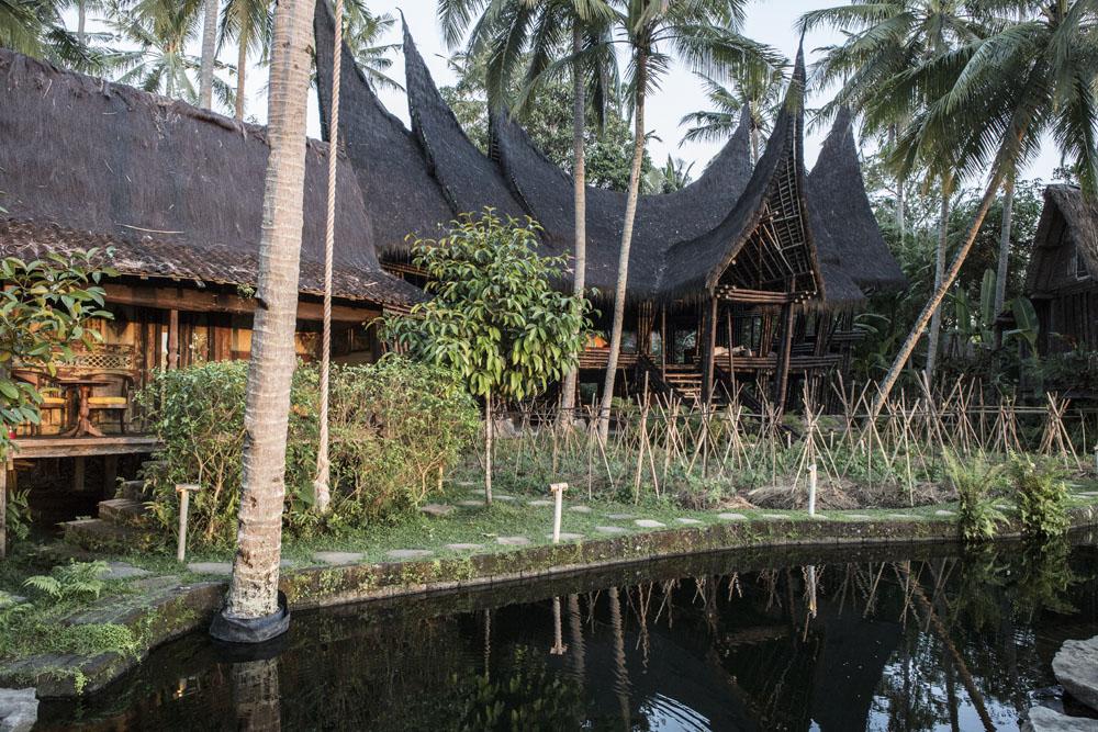 Bangunan dengan arsitektur rumah adat Minang di Bambu Indah yang digunakan untuk latihan yoga.