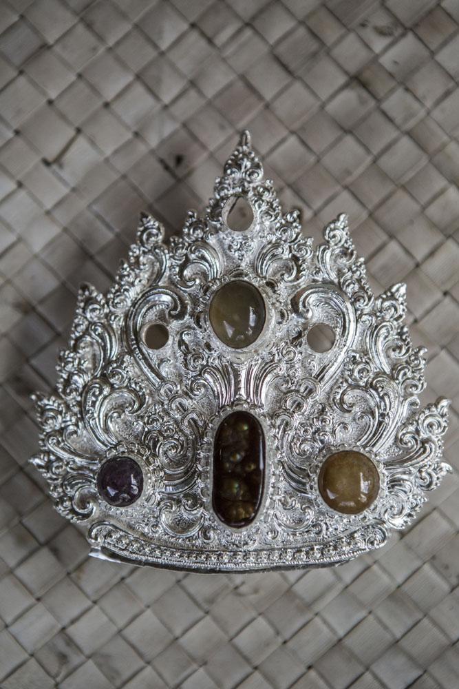 Perhiasan perak hasil karya Made Pada, yang akan digunakan sebagai pelengkap topi seorang Pedanda (pendeta Hindu).