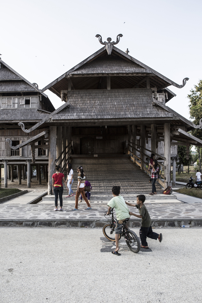 Anak-anak bermain di sekitar Istana Dalam Loka.