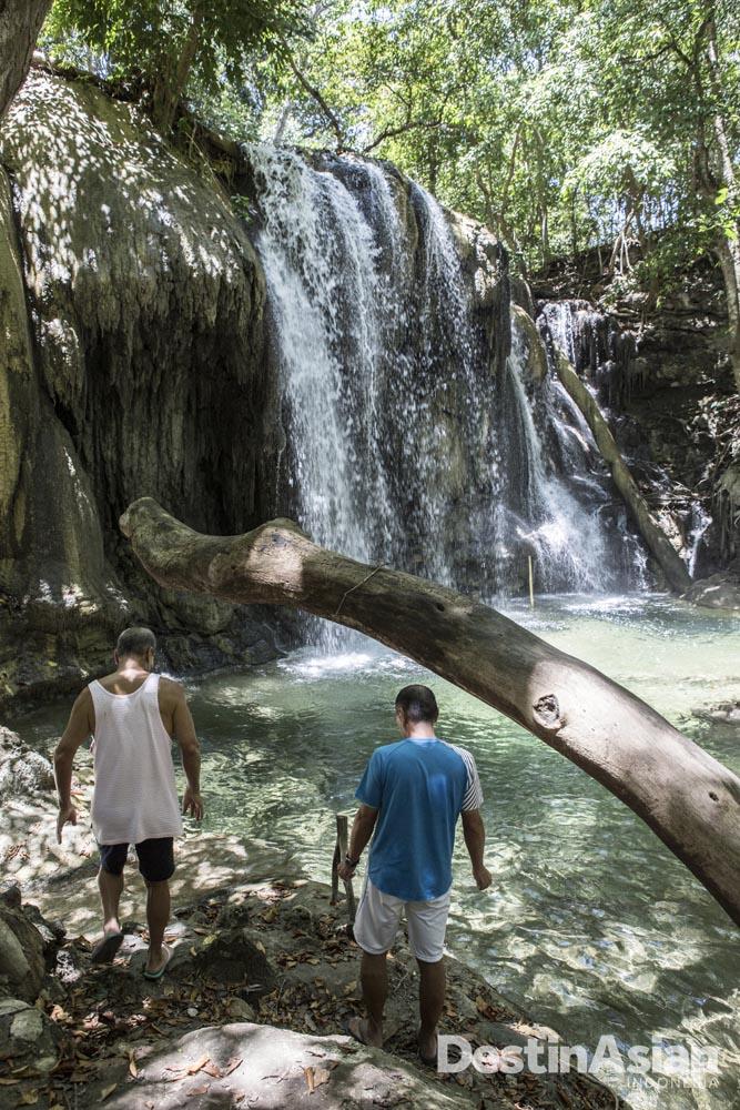 Dua orang tamu Amanwana menikmati Air Terjun Mata Jitu di Pulau Moyo.