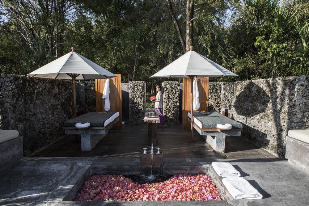 Area spa terbuka di Amanwana Resort.