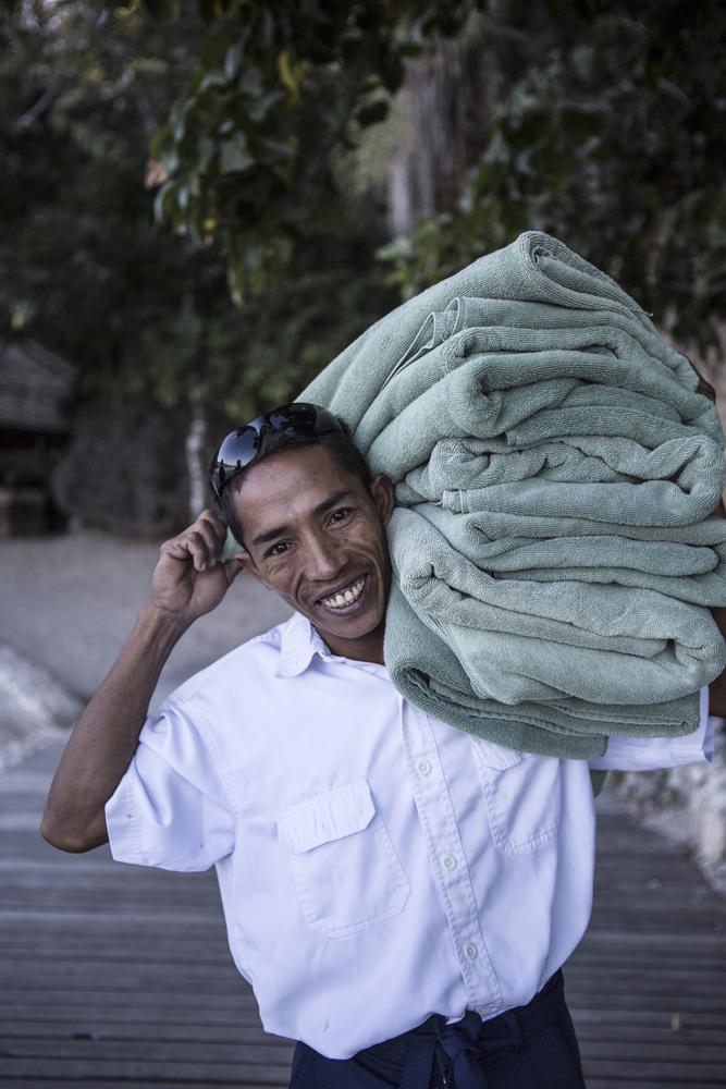 Pegawai Amanwana Resort menyiapkan handuk untuk para tamu.
