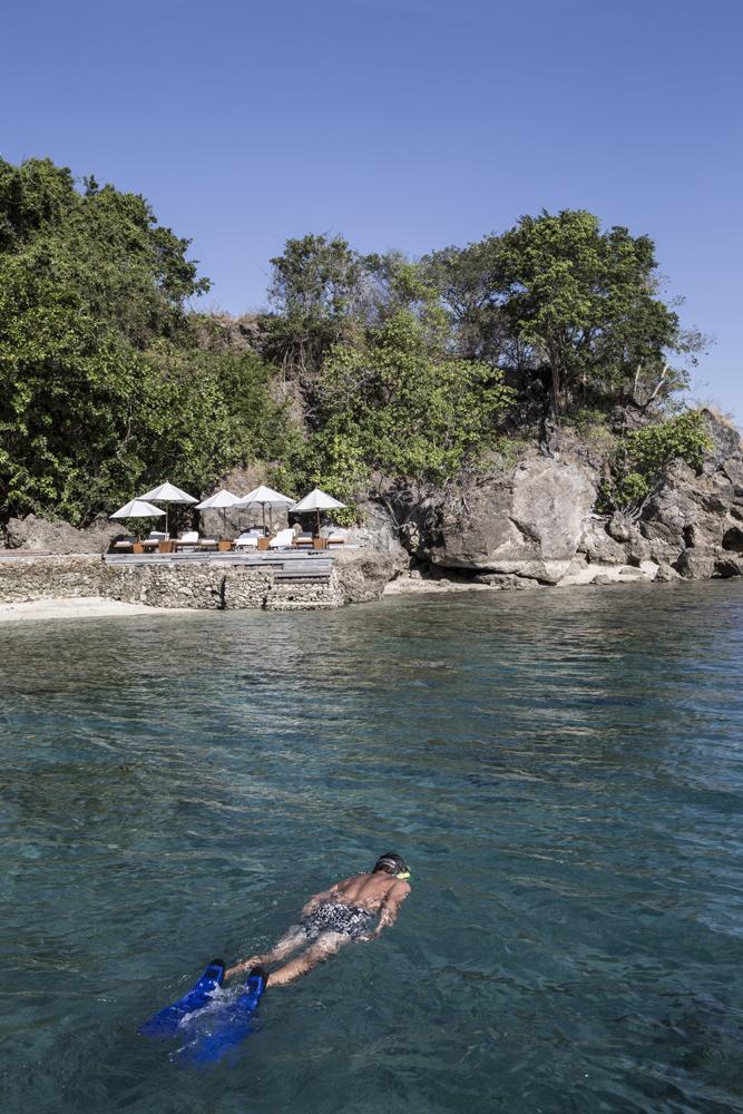 Seorang tamu snorkelling di area Amanwana Resort.