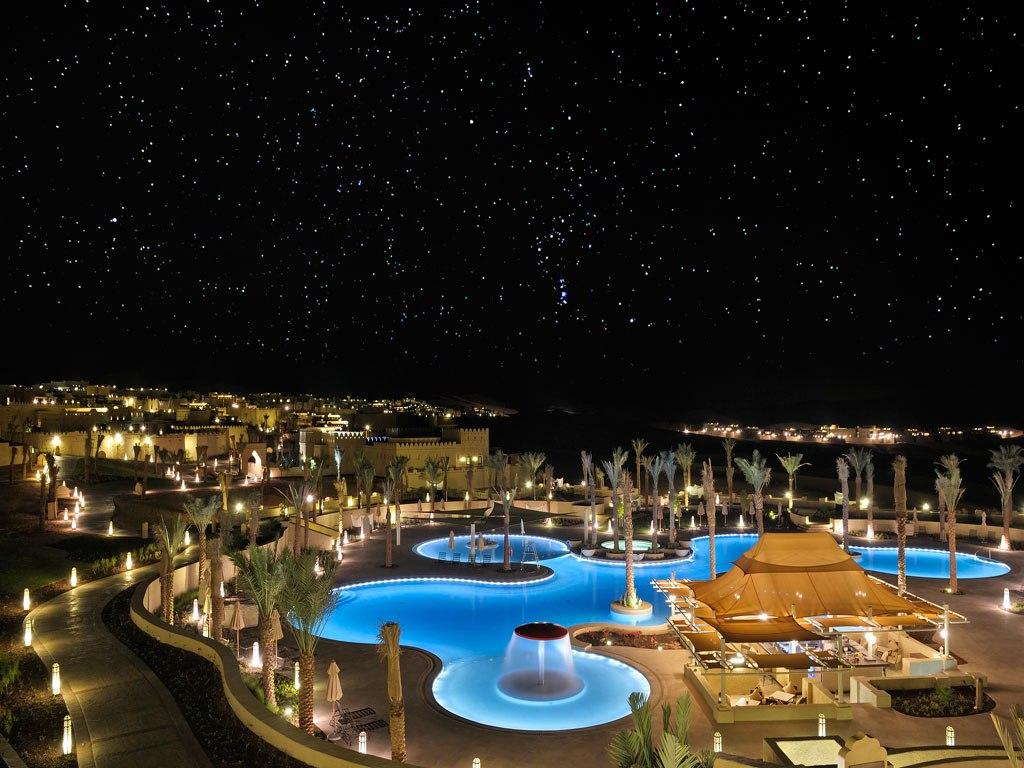 Malam di Qasr Al Sarab Resort by Anantara. Menyaksikan taburan bintang dari kolam renang.