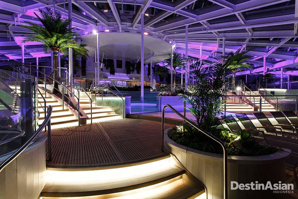 Desain interior Quantum of The Seas memaksimalkan penetrasi cahaya alami.