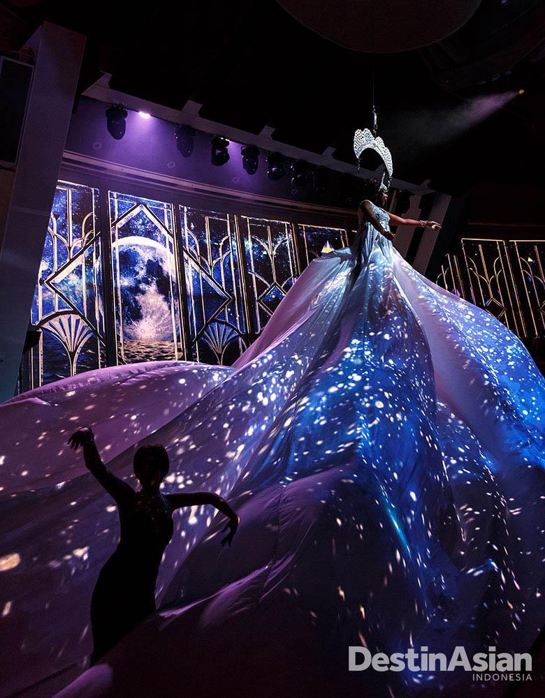 Starwater, pertunjukan yang mengawinkan tarian, teater, dan video mapping.