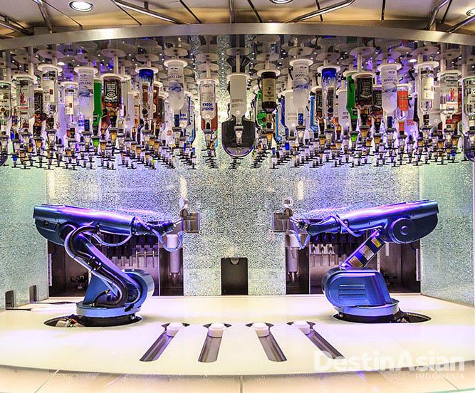 Robot mixologist di Bar Bionic yang siap memanjakan tamu dengan minuman racikannya.