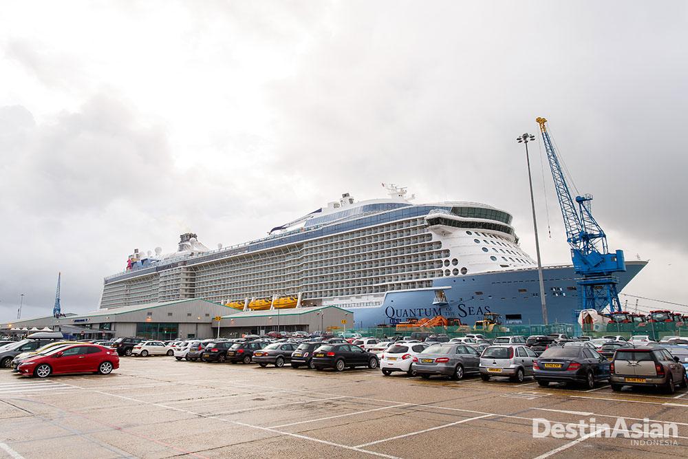Kapal Quantum of the Seas yang berbobot empat kali Titanic tengah bersandar di Southampton.