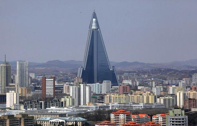Menara Ryugyong Hotel di Korea Selatan berbentuk piramida.