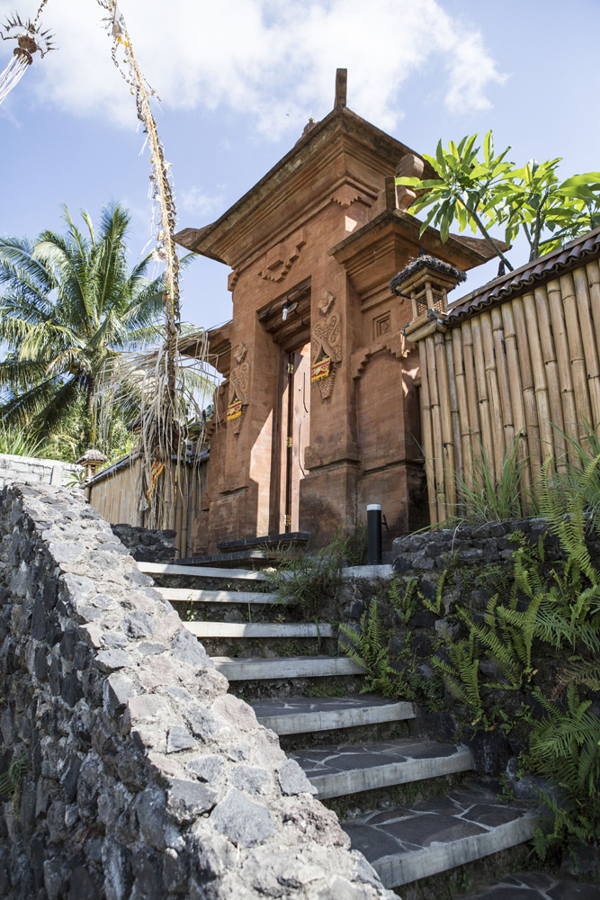 Pintu masuk ke halaman restoran Bali Asli.