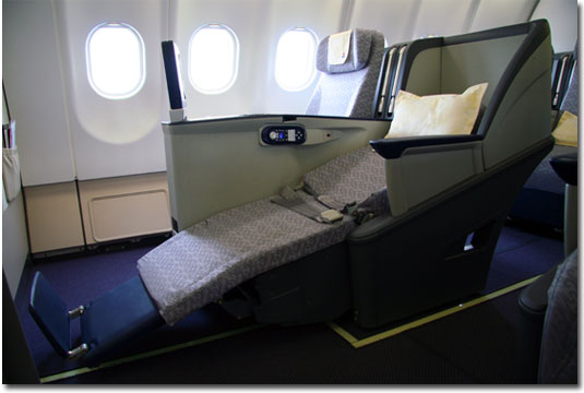 Tempat duduk kelas bisnis Airbus A330-200 yang bisa disulap menjadi lie-flat bed.