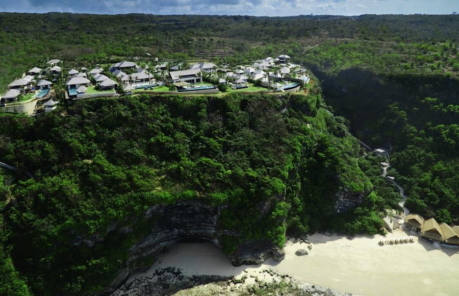Semara berdiri di tepi tebing setinggi 30 meter.