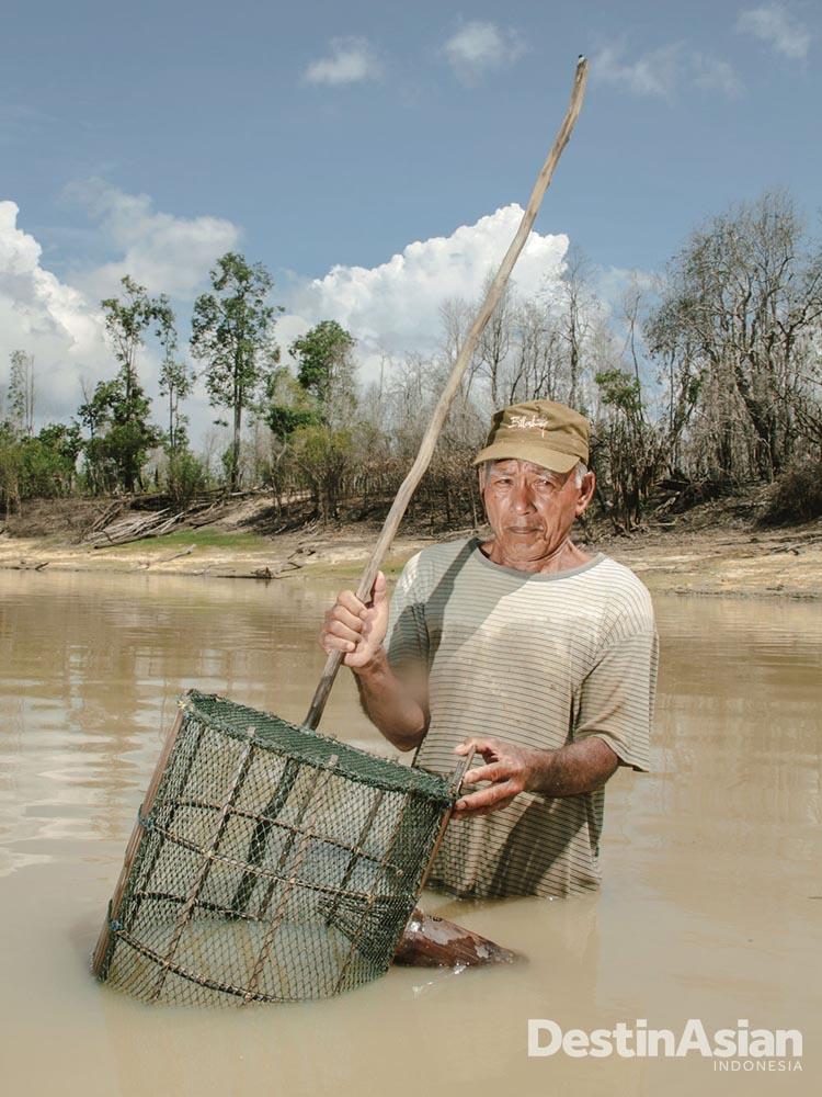Kepala Rukun Nelayan, Abdul Rohad (76), bersiap memasang bubu pada musim kering di Desa Leboyan (Atet Dwi Pramadia).
