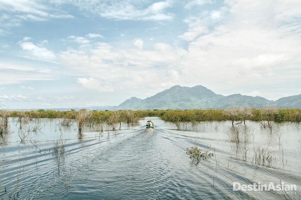Nelayan melintasi danau menuju Lanjak yang berbatasan dengan Serawak (Atet Dwi Pramadia).