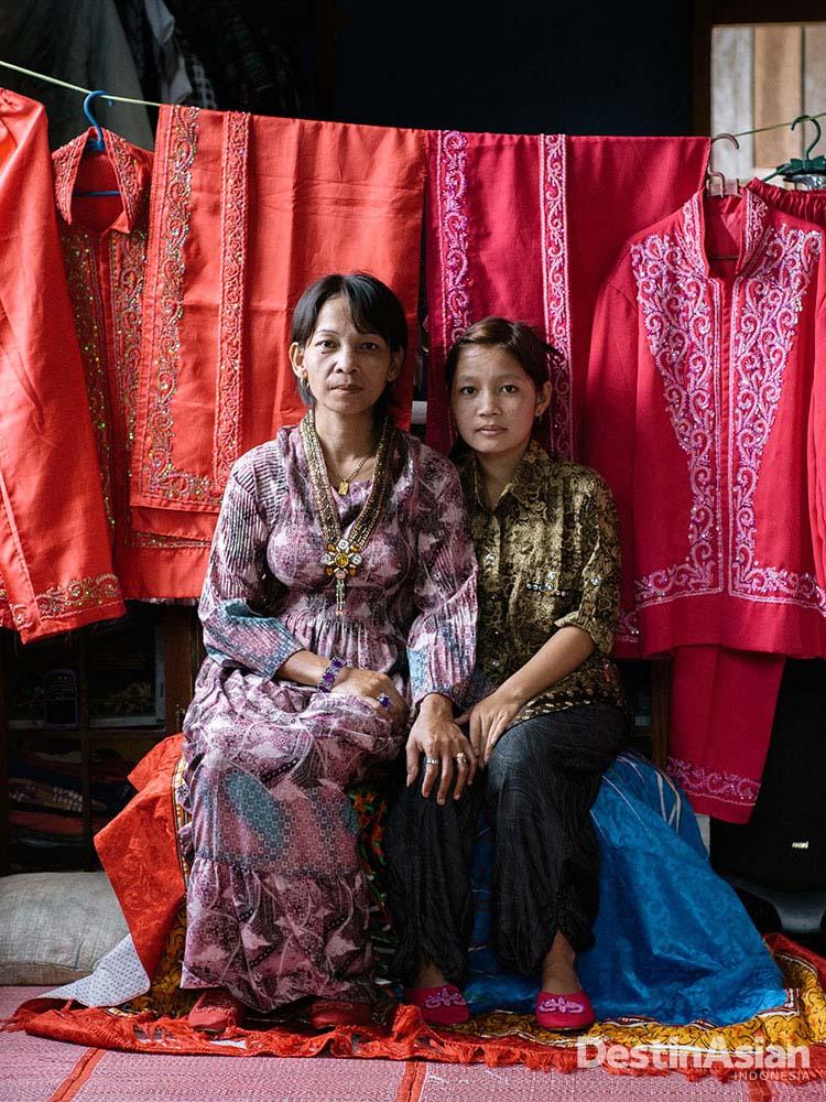 Rohmah (kiri), perintis jasa penyewaan baju penganten adat Melayu di Desa Semalah (Idham Rahmanarto).