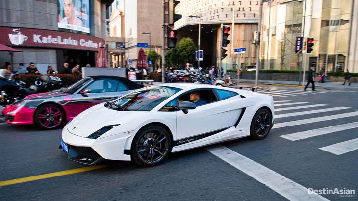 Mobil-mobil mewah di jalanan utama Shanghai. Mayoritas pemiliknya adalah pengusaha muda.