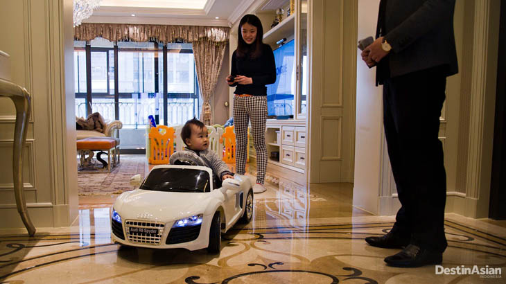 Pengusaha Steven Zhu bersama istri dan putranya di kediamannya.