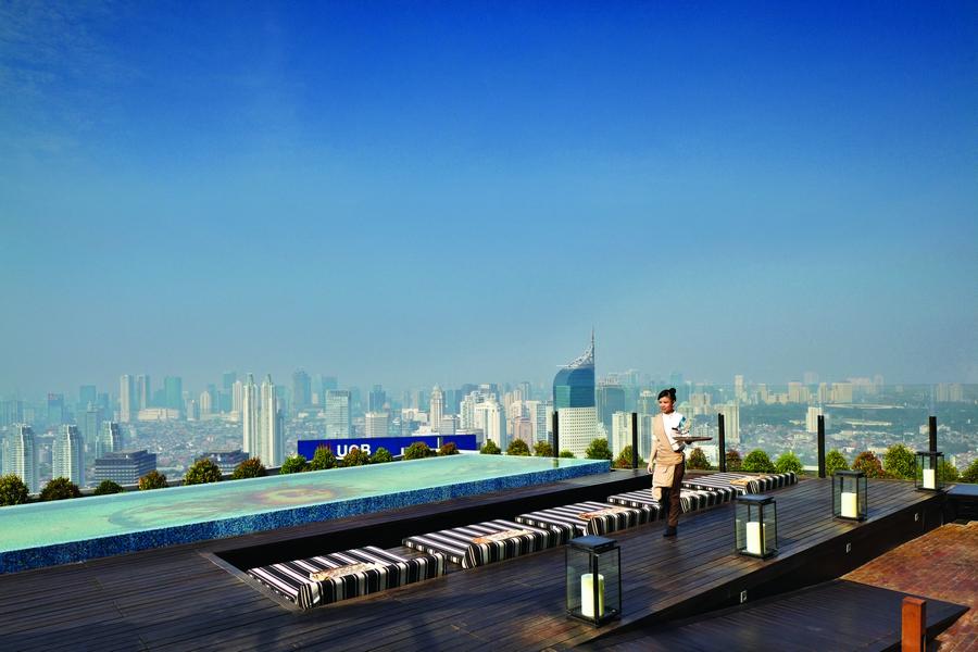 Pemandangan Jakarta dari Skye di ketinggian 56 lantai.