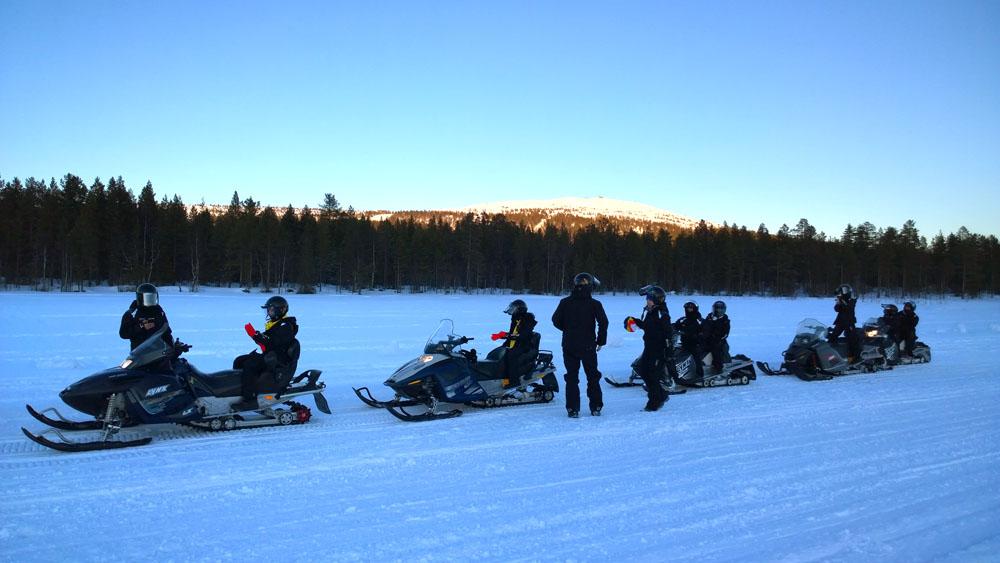 Tur dengan menggunakan kendaraan salju juga menjadi opsi aktivitas menarik lainnya di sini.