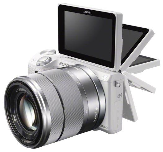 Layar Sony NEX5R bisa diputar 180 derajat guna memudahkan pengambilan gambar self potrait.
