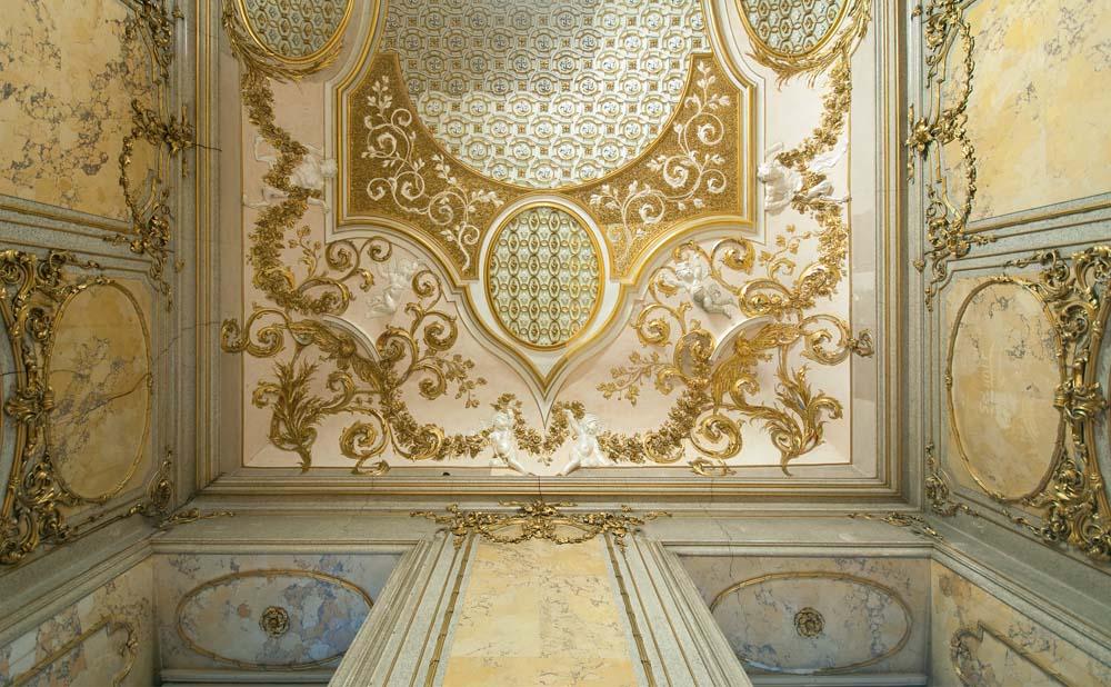 Interior berlapis kertas emas.