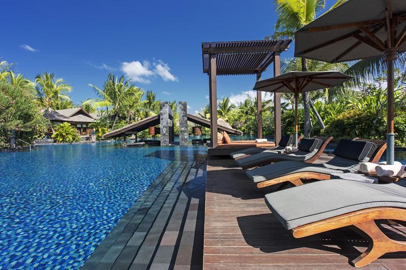 Kolam renang extra luas di St. Regis Bali Resort.