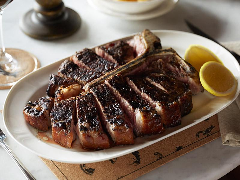 Steik T-Bone yang menjadi salah satu hidangan andalan di Plantation Grill.