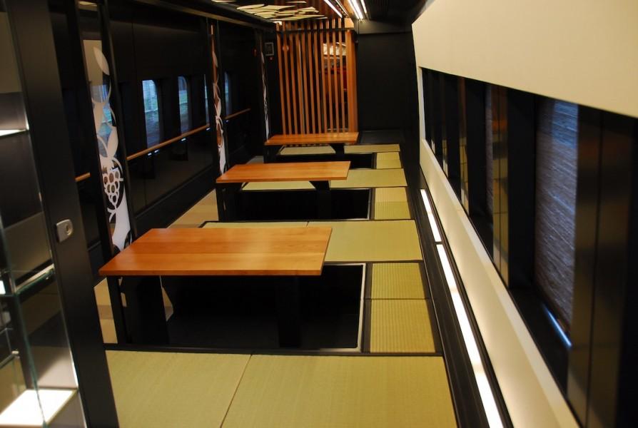 Tempat duduk tatami khas Jepang di dalam gerbong spa.